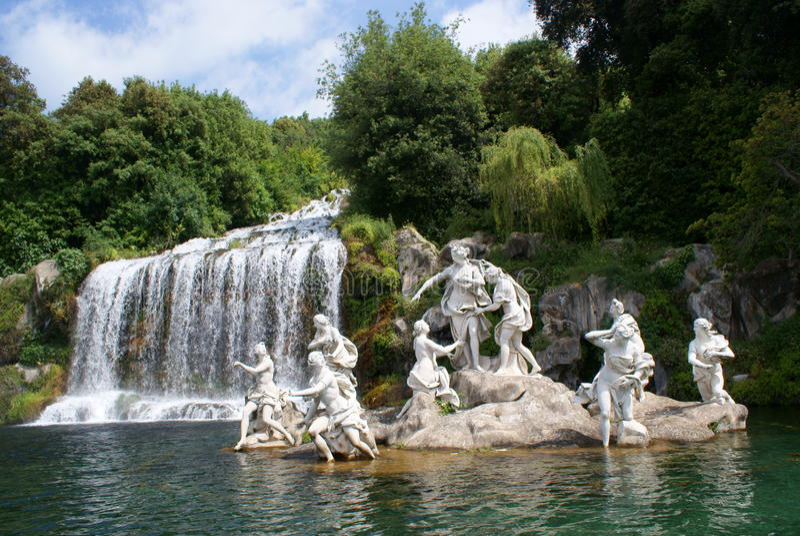 Caserta Royal Palace, Standbeeld in Grote Waterval royalty-vrije stock afbeeldingen