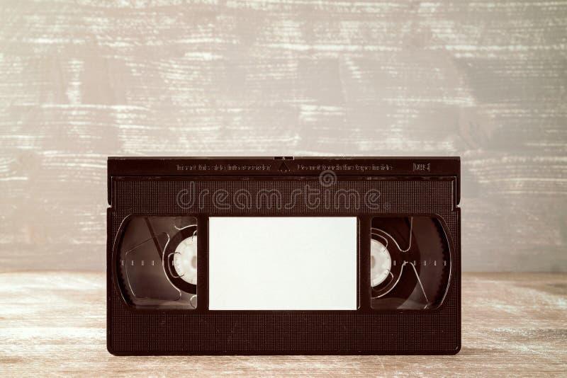 Casete de la cinta video con la etiqueta en blanco fotos de archivo libres de regalías