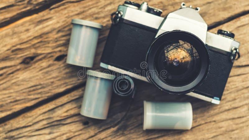 Casete viejo de la cámara y de la película en el tablero de madera fotos de archivo
