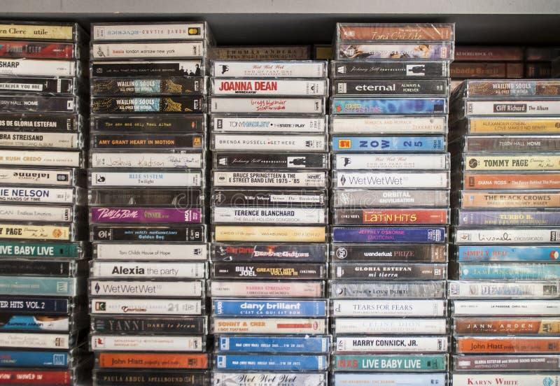 Casetes de cinta viejos en una tienda imagen de archivo