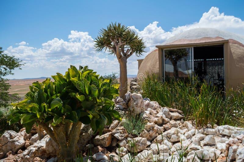 Casetta con la vista su un paesaggio del deserto vicino al solitario, Namibia immagine stock libera da diritti