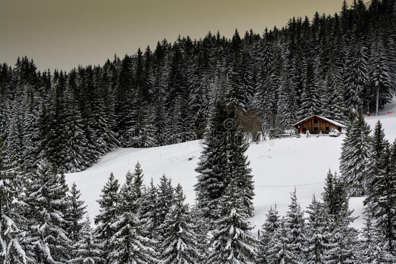 Casetta idilliaca della montagna nell'inverno fotografia stock libera da diritti