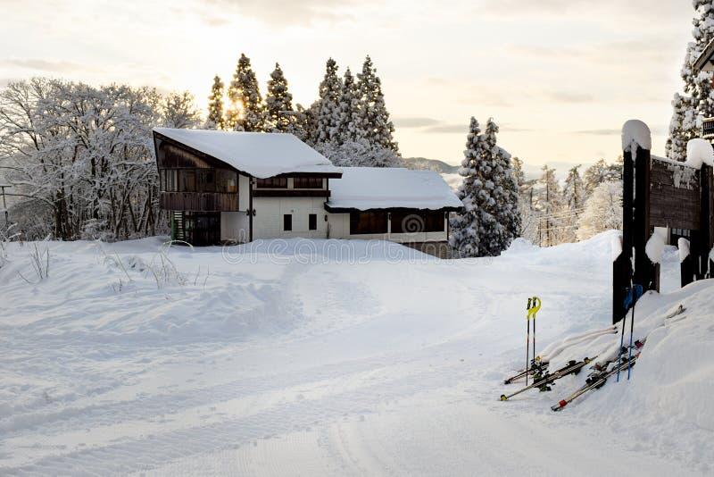 Casette dello sci durante l'alba di primo mattino fotografie stock