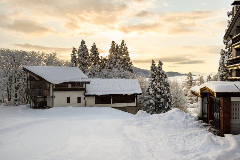 Casette dello sci durante l'alba di primo mattino fotografia stock libera da diritti
