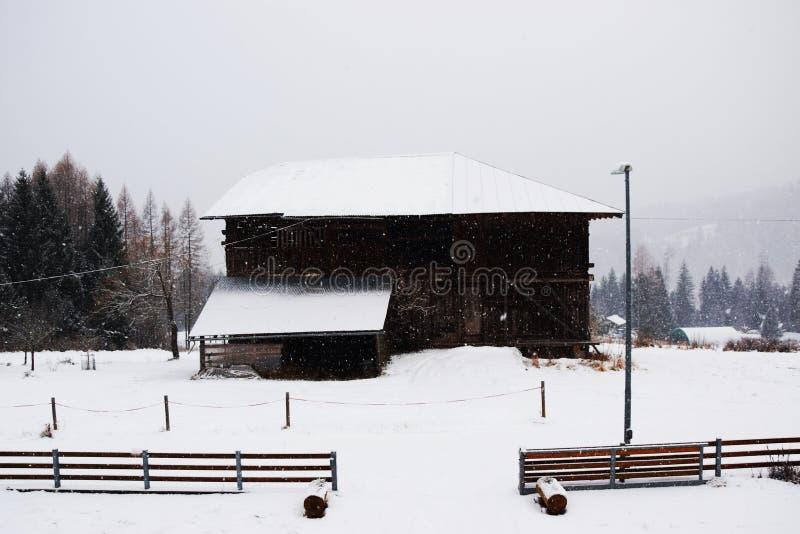 Casette, fondo del tetto della neve, inverno in montagne di Dolomiti, in Cadore, l'Italia fotografia stock libera da diritti