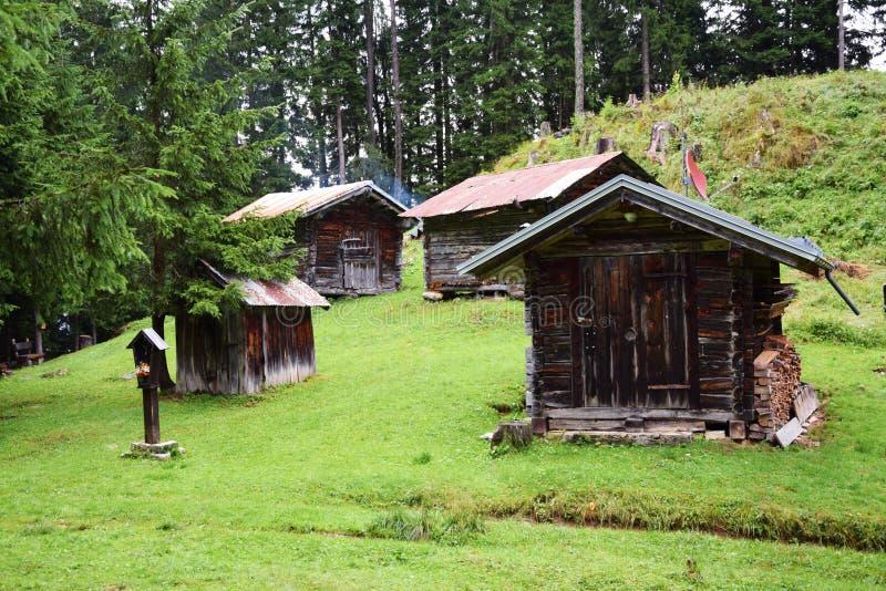 Casette in montagne di Dolomiti, Italia fotografia stock libera da diritti