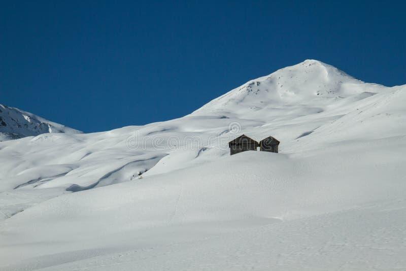 Casette nel paesaggio nevoso fotografie stock libere da diritti
