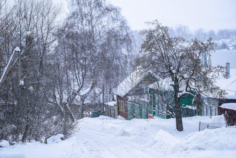 Casette rurali in Zarajsk in precipitazioni nevose fotografia stock