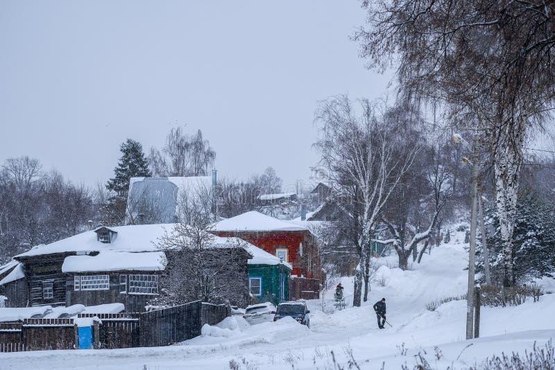 Casette rurali in Zarajsk in precipitazioni nevose fotografie stock