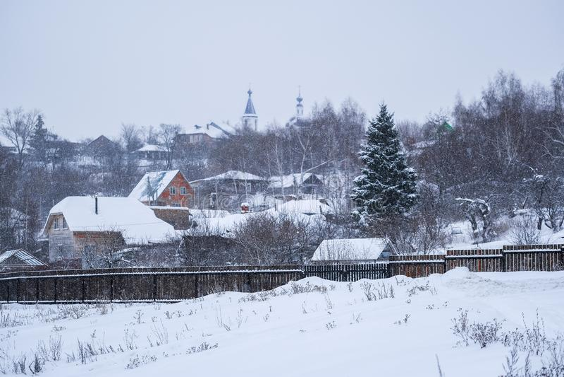 Casette rurali in Zarajsk in precipitazioni nevose fotografia stock libera da diritti