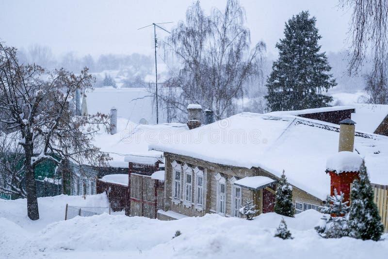 Casette rurali in Zarajsk in precipitazioni nevose immagine stock libera da diritti