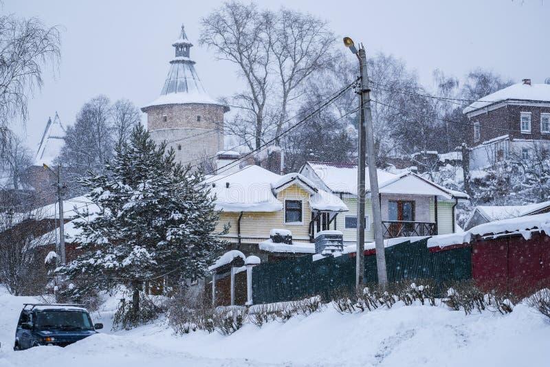 Casette rurali in Zarajsk in precipitazioni nevose immagini stock libere da diritti