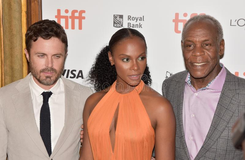 Casey Affleck, Tika Sumpter & Danny Glover på premiären av gamala mannen & vapnet på Toronto den internationella filmfestivalen 2 royaltyfri bild