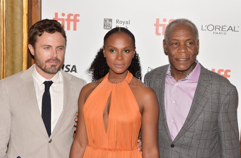 Casey Affleck, Tika Sumpter & Danny Glover på premiären av gamala mannen & vapnet på Toronto den internationella filmfestivalen 2 royaltyfria foton