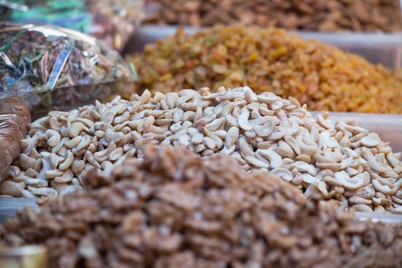 Cashews en un puesto de mercado en el centro histórico de Trípoli, Líbano imagenes de archivo
