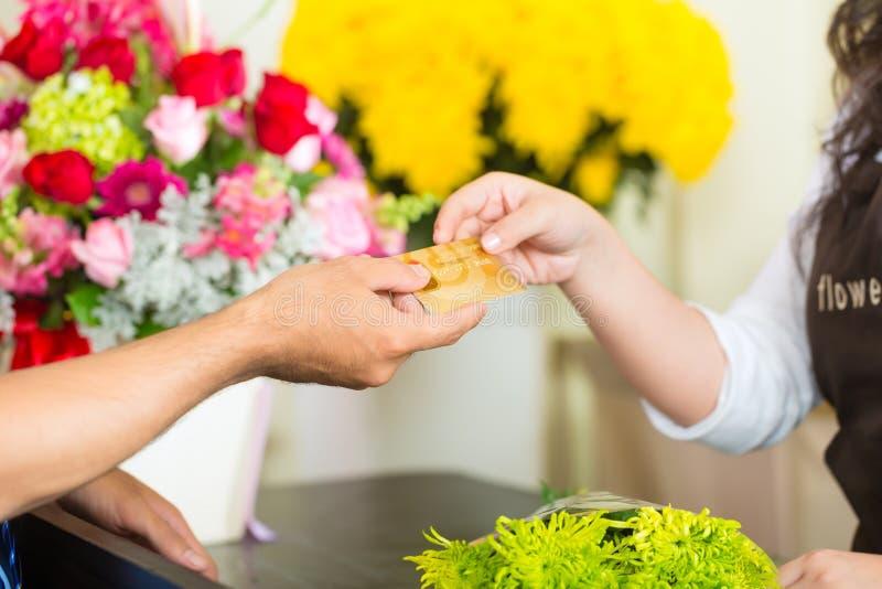 Cashless - blommaköp med kreditkorten royaltyfri bild