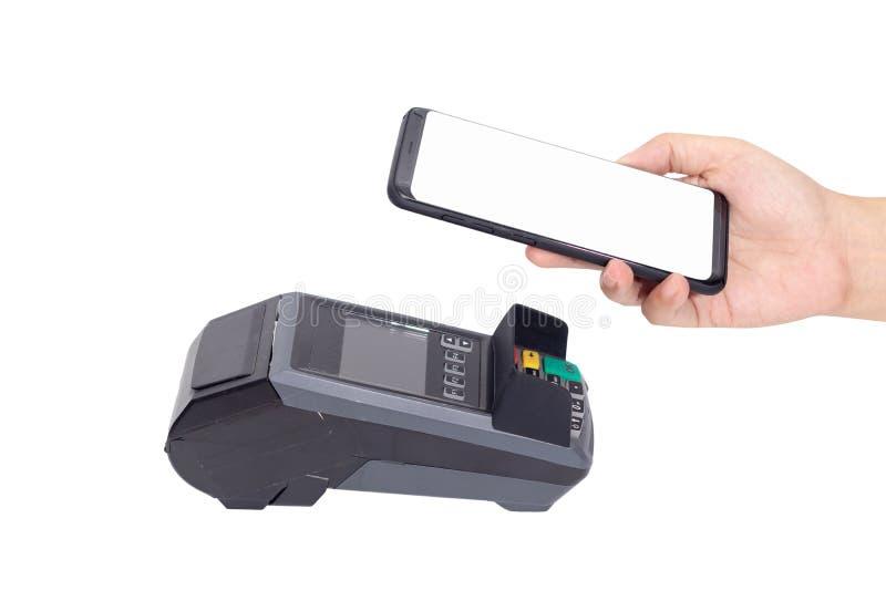Cashless samhälle, kund som betalar räkningen till och med smartphonen genom att använda NFC-teknologi på punkt av försäljningste royaltyfria bilder