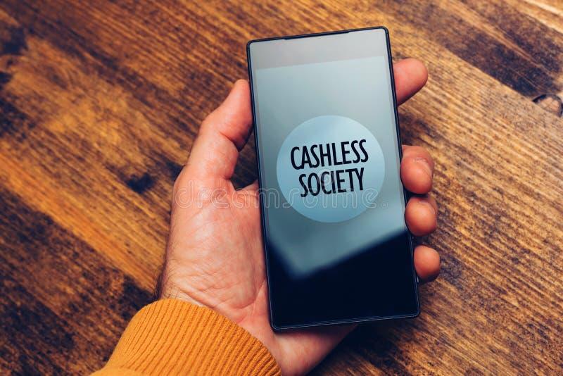 Cashless samhällebegrepp, man som använder smartphonen för elektroniskt PA arkivbild