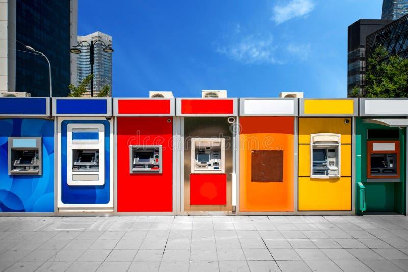 Cashpoint mit bunten bankomats stockfotografie