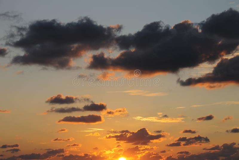 Casi termine la puesta del sol en cielo gris y azul foto de archivo
