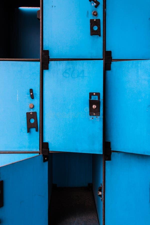Casier bleu abandonné avec les serrures cassées image libre de droits