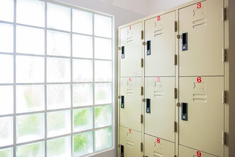 casier en acier dans la chambre de douche photo stock image du public lumi re 55673000. Black Bedroom Furniture Sets. Home Design Ideas
