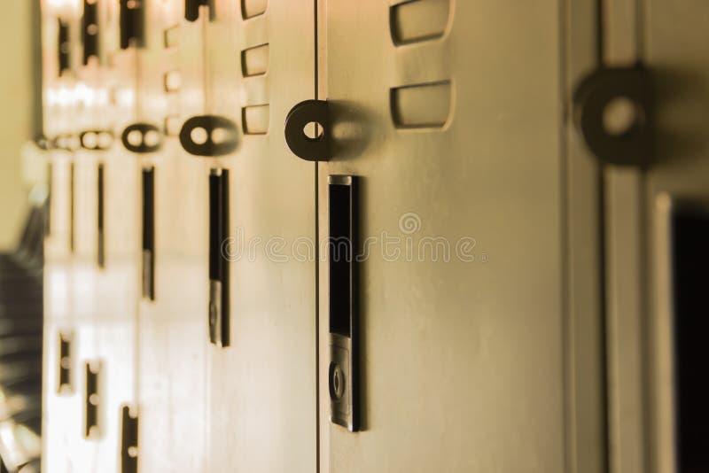 Casier sombre de petit pain de couloir d'école photos stock