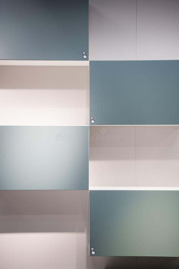 Casiers bleu-clair de cabinet étroits vers le haut de la conception moderne de texture de fond Poussez se connectent le images libres de droits