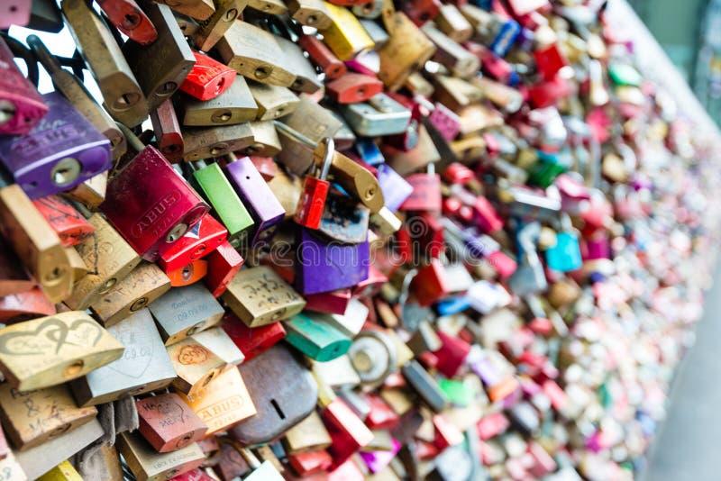 Casiers d'amour au pont de Hohenzollern à Cologne photos stock