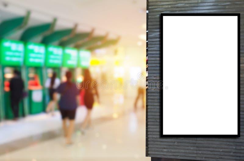 Casilla de luz publicitaria para tu mensaje de texto o contenido multimedia con visión borrosa de la gente que retira dinero del  fotos de archivo