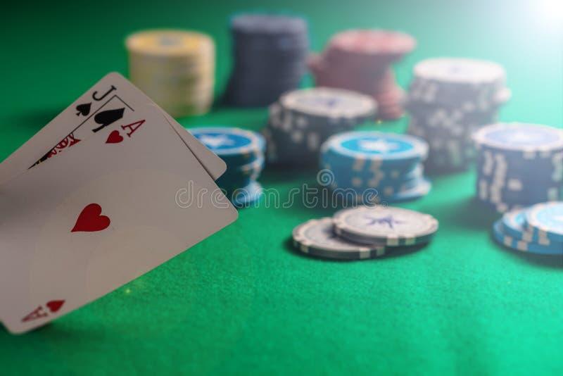 Casino, conceito de jogo Microplaquetas do vinte-e-um e de pôquer no feltro verde imagens de stock royalty free