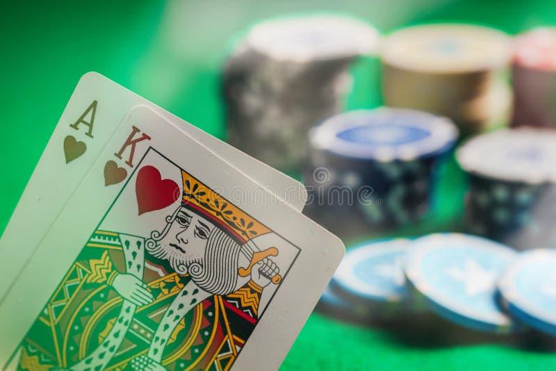 Casino, concept de jeu Ace et coeurs et jetons de poker de roi sur le feutre vert photo libre de droits