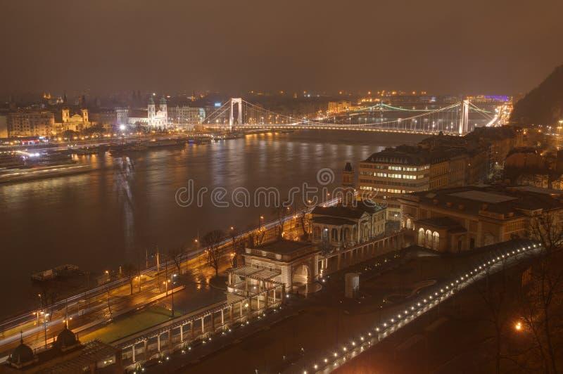 Casino de Hungría, de Budapest, de Elisabeth Bridge, del jardín del castillo y de Varkert - imagen de la noche imagen de archivo