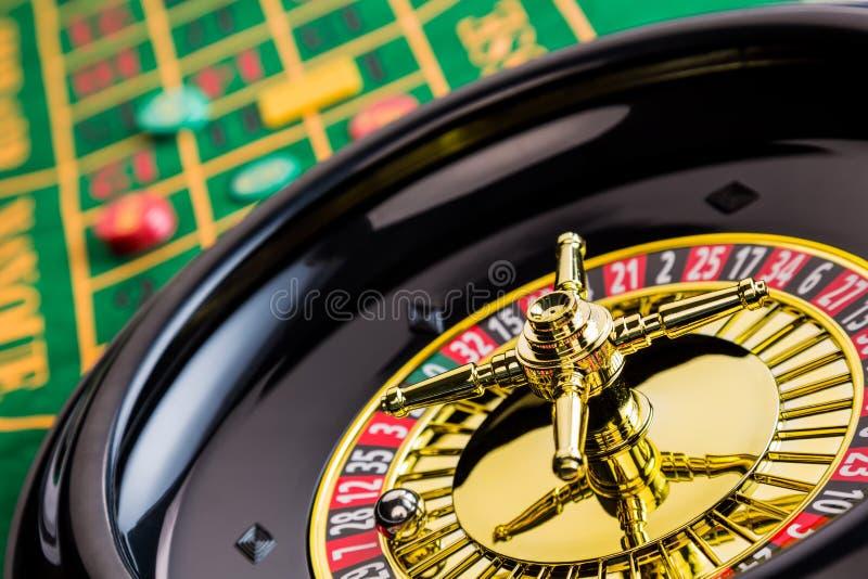 Casino de roulette jouant images stock