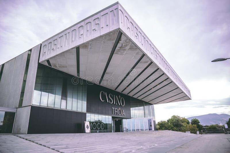 Casino de Troia, un casino contemporain avec des tables de jeu, machines à sous, une étape et barre à un hôtel classieux photographie stock