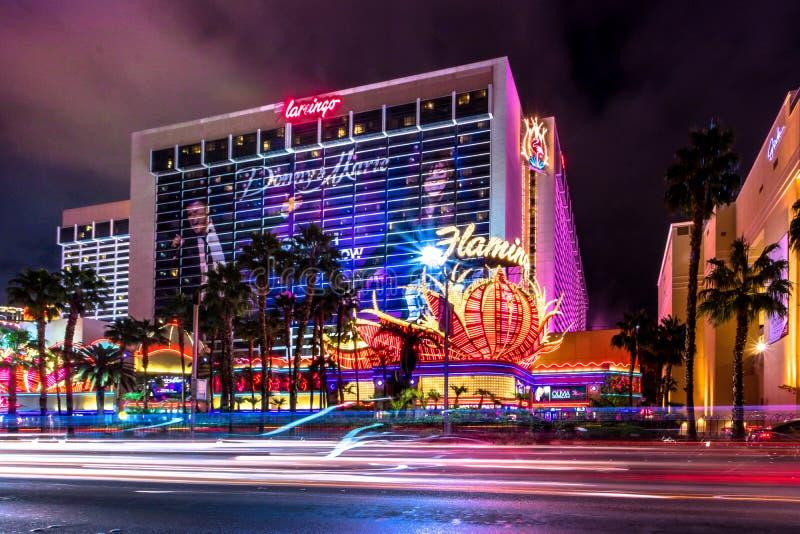 Casino do hotel da tira e do flamingo de Las Vegas na noite - Las Vegas, EUA foto de stock