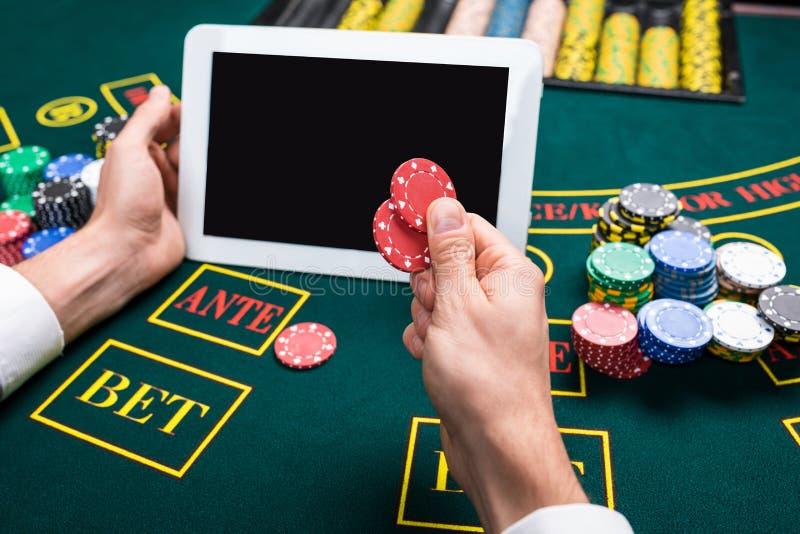 Casino, en ligne jeu, technologie et concept de personnes image stock