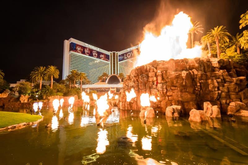 Casino et Volcano Eruption Show d'hôtel de mirage la nuit - Las Vegas, Etats-Unis photographie stock