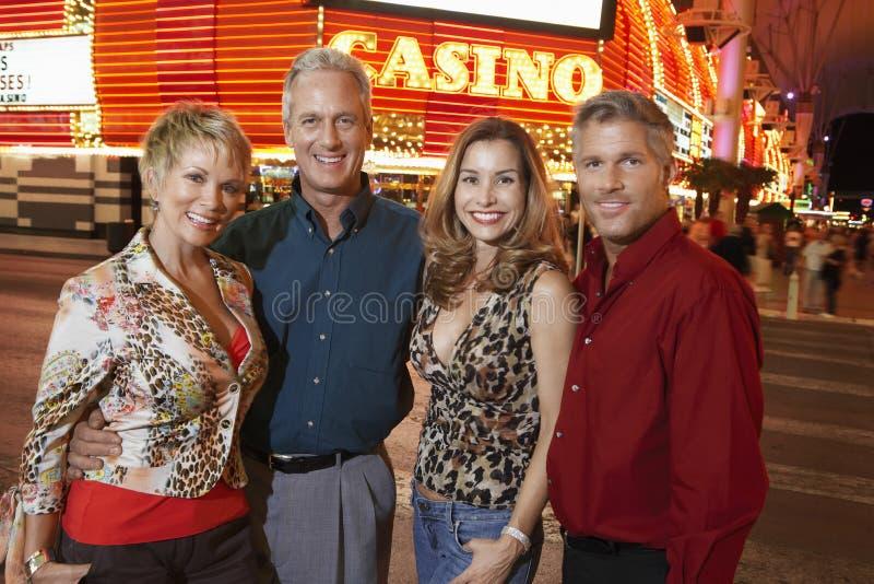 Casino extérieur debout de couples heureux photographie stock libre de droits