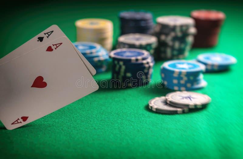 Casino, het gokken concept Twee azen en pookspaanders op gevoeld groen royalty-vrije stock afbeeldingen
