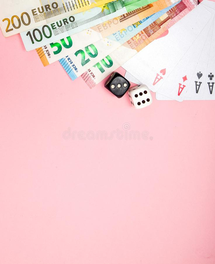Casino, het gokken en fortuinconcept Spelbeenderen en kaarten en euro geld op roze achtergrond met exemplaarruimte stock foto