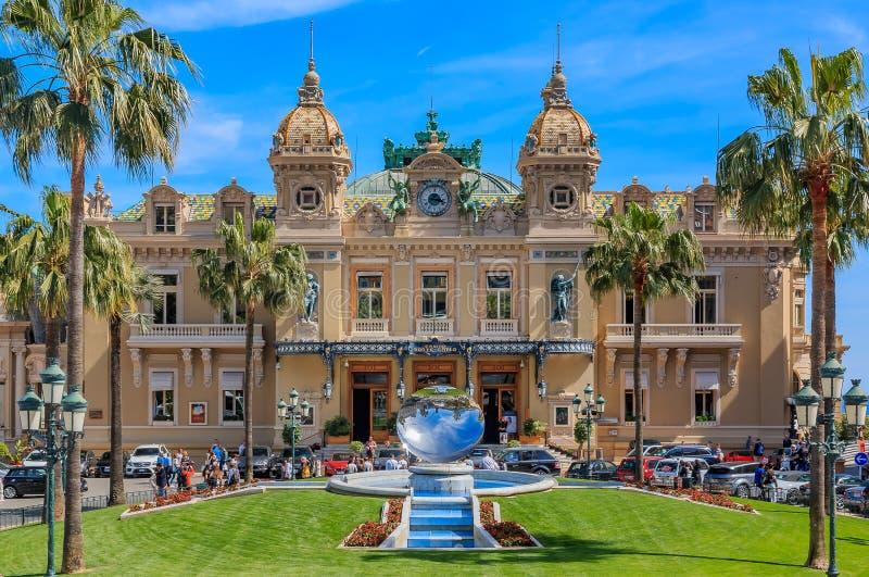 Casino magn?fico de M?naco en Monte Carlo en Place du Casino con la fuente del espejo en primera l?nea fotografía de archivo