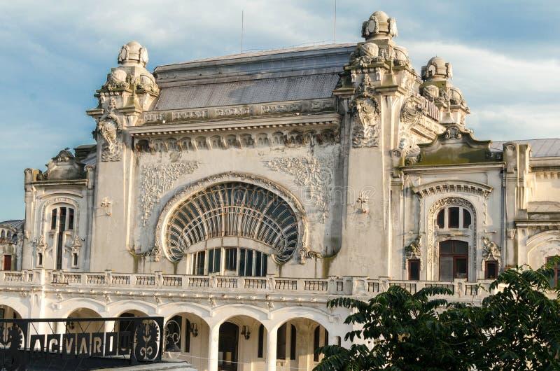 Casino viejo y puerto de Constanta vistos de orilla del mar foto de archivo libre de regalías