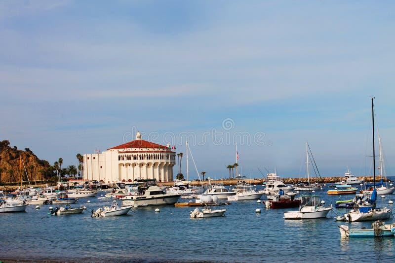 Casino y barcos en Avalon Harbor, Catalina Island imagen de archivo libre de regalías