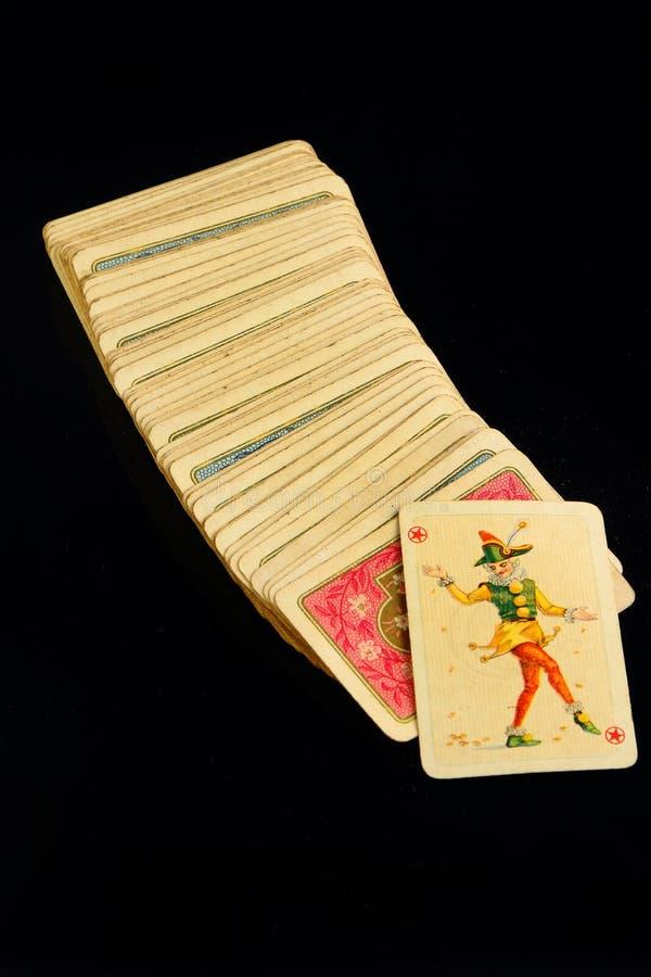 Casinospeelkaarten op zwarte achtergrond royalty-vrije stock foto