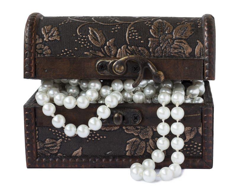 Casket med pärlor som isoleras på vit bakgrund royaltyfria foton