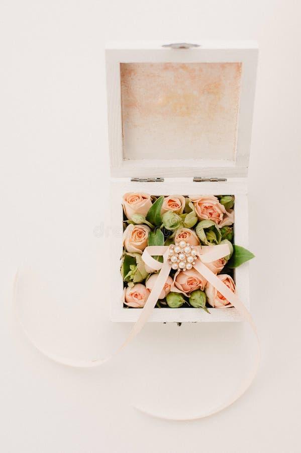 Casketen för bröllopgåvan dekorerade med pilbågen och band royaltyfri fotografi