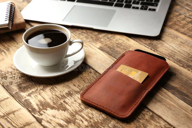 Caso de couro com telefone celular, portátil e copo imagens de stock