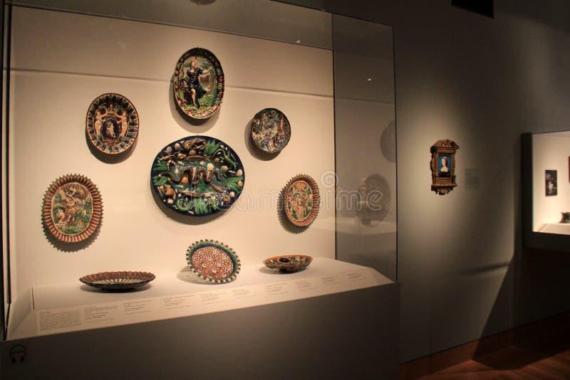 Caso de cristal grande con las obras de arte inestimables, Cleveland Art Museum, Ohio, 2016 fotos de archivo libres de regalías