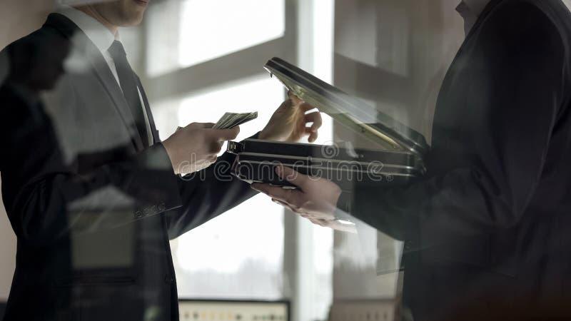Caso de la abertura del abogado y mirada del dinero, concepto de oferta de trabajo ilegal, soborno foto de archivo